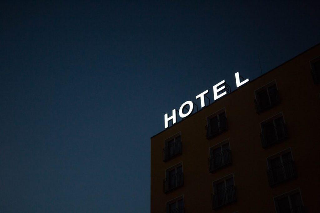 hotel con cartel iluminado por la noche